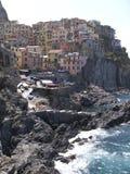 在峭壁ligurian manarola海运村庄之上 免版税图库摄影