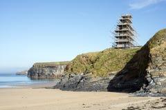 在峭壁scafolded的Ballybunion城堡 免版税库存图片