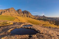 在峰顶前面的岩石水池 库存图片