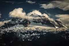 在峰顶的云彩 免版税库存图片