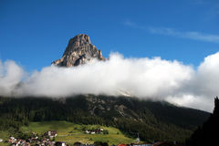 在峰顶的云彩 库存照片