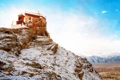 在峰顶的寺庙在山 zanskar的谷 Leh拉达克 图库摄影