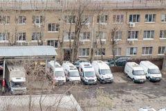 在崩溃事故以后的几辆残破的救护车在修理驻地,莫斯科,俄罗斯,2019年4月 免版税图库摄影