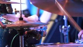 在崩溃铙钹的鼓棍子命中在低调 鼓手击中铙钹 影视素材