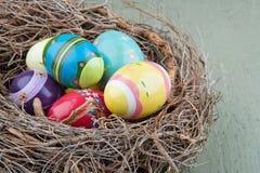 在嵌套的装饰复活节彩蛋 免版税库存图片