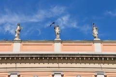 在州长宫殿门面的古色古香的雕象在皮亚琴察 免版税库存照片
