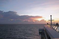 在巡航划线员海洋和甲板破晓 加勒比海 免版税库存图片