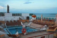 在巡航划线员甲板的水池在晚上 免版税库存照片