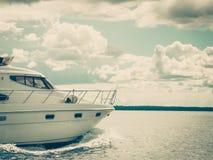 在巡航期间,开汽车航行在水的游艇小船 免版税图库摄影