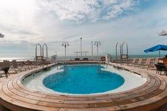 在巡航的游泳池 免版税库存照片