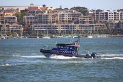 在巡逻的水警艇 免版税库存图片