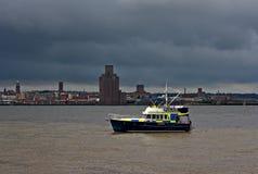 在巡逻的河警小船 免版税库存照片