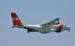 在巡逻的美国海岸警卫队飞机 库存图片