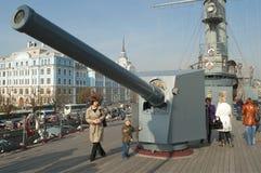 在巡洋舰的鼻子枪 图库摄影