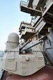 在巡洋舰的100门mm普遍大炮SM-5-1S 免版税库存照片