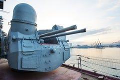 在巡洋舰米哈伊尔・库图佐夫的100门mm普遍大炮SM-5-1S 免版税库存照片
