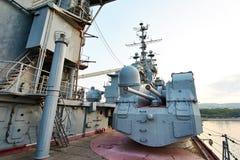 在巡洋舰米哈伊尔・库图佐夫的100门mm普遍大炮SM-5-1S 库存图片