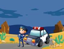 在巡逻车旁边的一位微笑的警察 库存图片