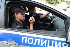 在巡逻车的警察 库存图片