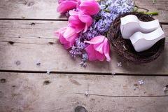 在巢和丁香andtulips花的两只装饰鸟在vi 库存照片