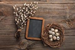 在巢和花的鹌鹑蛋 可用的看板卡复活节eps文件问候 与空间的顶视图您的问候的 库存图片
