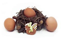 在巢和陶瓷母鸡的鸡蛋 图库摄影