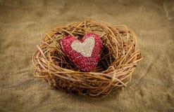 在巢的一手工制造心脏 免版税库存图片