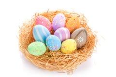 在巢的五颜六色的复活节彩蛋 库存图片