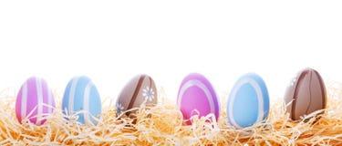 在巢的五颜六色的复活节彩蛋 库存照片