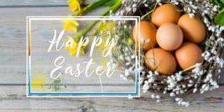 在巢的复活节彩蛋在与词在框架的复活节快乐的轻的背景 节假日传统 免版税库存照片