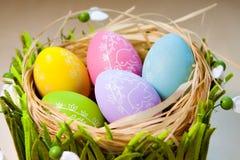 在巢的复活节彩蛋在土气木板条 库存照片