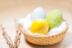 在巢的复活节彩蛋在土气木板条 库存图片