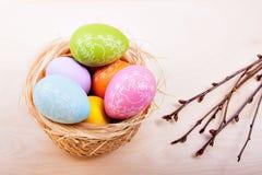 在巢的复活节彩蛋在土气木板条 免版税库存图片