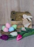 在巢的复活节彩蛋在木背景 免版税库存照片