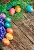 在巢的复活节彩蛋在老木背景 库存图片