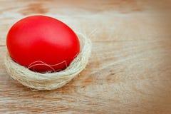 在巢的红色复活节彩蛋 库存图片