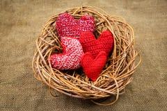 在巢的编织的心脏 免版税图库摄影