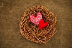 在巢的编织的心脏 免版税库存图片