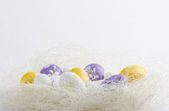 在巢的被绘的复活节彩蛋 图库摄影
