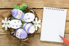 在巢的装饰的鸡蛋 免版税库存照片