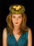 在巢的金黄鸡蛋在妇女的头 库存照片