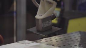 在工业制造工厂的机器人手机械工具 机器人胳膊使用磁铁运输金属板 产业 影视素材