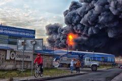 在工业区的火 免版税库存照片