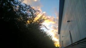 在工业区附近的美丽的天空 免版税库存图片