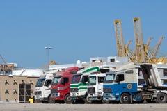在工业口岸的卡车在富查伊拉 库存照片