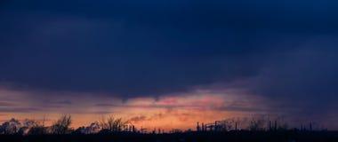 在工业城市的烟雾日落的 库存图片