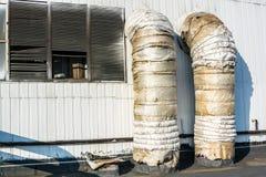 在工业墙壁上的透气管子 库存图片