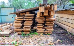 在工业存贮的堆堆积的木材 免版税库存图片