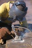 在工业安全举的建筑工人焊工佩带的焊接的安全设备手套盔甲开始的焊接的热加工 免版税库存照片