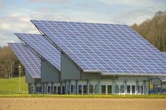 在工业屋顶的太阳电池板 库存照片